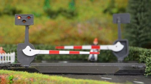 Train-Tech OO Gauge Pair of Level Crossing Barriers with Light & Sound # LC10P